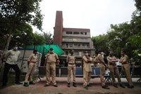 Na zdravotníkovi vzplál plášť. V plamenech zemřelo v indické nemocnici 8 pacientů s koronavirem