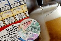 Brambory a volání zlevnily, za alkohol, tabák a stravování si Češi ale připlatili