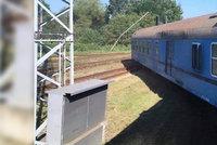 Výluka na trati u Tišnova, kde vykolejil vlak, trvá: Jezdí tu motoráky a autobusy