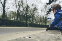 Chlapeček (3) se ztratil mamince na Černém Mostě. Uplakaného dítěte se ujali strážníci, rozmluvily ho pouta a obušek