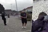 Muž chodil po Jevíčku se zbraní v ruce: Před policisty jí vzal do ruky! Na řadu přišel taser