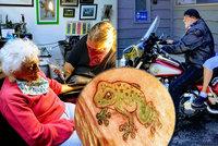 """Babička (103) si po """"koronavirovém"""" vězení užívá svobody: Žabí tetování i jízda na motorce"""