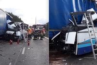 Tragická nehoda autobusu u Plzně: Po střetu s náklaďákem zemřela žena