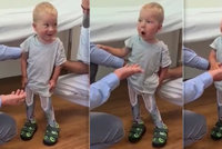 VIDEO: Stojím, teto! Maxík s SMA se postavil na vlastní nohy, jeho radost vám vžene slzy do očí