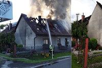 Rodina z Jílového zůstala po požáru domu bez střechy nad hlavou: Město vyhlásilo sbírku