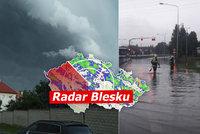 Na Moravu se řítí silné bouřky s kroupami. Vítr už lámal stromy, sledujte radar Blesku