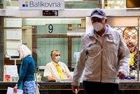 Orouškovaná Praha: Ochrana úst a nosu se vrátila na pošty i do obchodů. Jak lidé opatření dodržují?