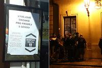 """V Bartolomějské to žije i po zavíračce: Na omezení provozu tu vyzráli """"pivními okénky"""", radnice chce zákaz"""