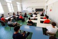 Nestydatá učitelka ocucávala při výuce bradavky neznámého muže! Studenti harašení nahráli