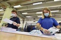 Roušky bez obalu jako zdravotní riziko: Úřad řekl, co musí pošta u zásilky pro důchodce změnit