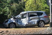 Vlak u Davle se na přejezdu srazil s autem, tři zranění. Řidička ignorovala signalizaci?!