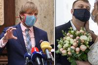 Svatby až pro 150 lidí se vrací do Česka a respirátory budou zřejmě dál bez DPH