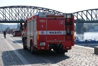 Manévry na hladině Vltavy: Řeku pod železničním mostem zamořila chemická látka!