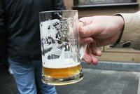 Češi si loni odpustili v průměru 14 velkých piv. Tak špatný rok pivovarníci nepamatují