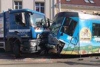 Komplikace v Libni: Tramvaj se srazila s popelářským autem a vykolejila!