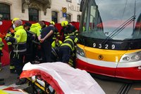 Vážná nehoda v centru Prahy: Žena (30) zůstala zaklíněna pod koly tramvaje u Masarykova nádraží