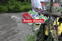 Česko pustoší silný vítr. A lijáky zvednou hladiny řek, sledujte radar Blesku