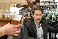 """Pivo """"na doma"""" zdražilo a bude hůř. Kvůli koronaviru? Ekonom vysvětlil, jak to je"""