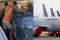 """Bitka na palubě letadla: """"Covidiot"""" odmítl nasadit roušku a rozjel pěstní souboj"""