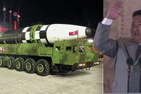 """Kim vojenskou přehlídkou zamotal hlavu expertům. A ukázal novou """"masivní"""" raketu"""