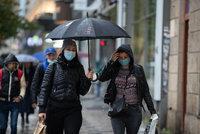 Propast mezi platy mužů a žen se prohloubí kvůli koronaviru, varují experti