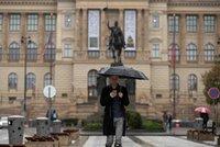 """V hlavní roli deštník a pláštěnka. Pražané si """"užijí"""" další sychravý týden"""
