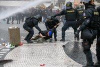 Bitva chuligánů s policisty na Staromáku: Šest odsouzených! Výtržníci dostali podmínky i pokuty