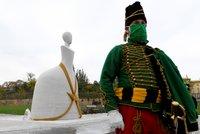 Kontrovezní socha Marie Terezie už stojí na Hradčanech. Na slavnostní odhalení dohlížela i policie