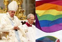 """""""Mají právo žít v rodině. Jsou to děti boží."""" Papež prolomil přístup církve ke sňatkům gayů"""