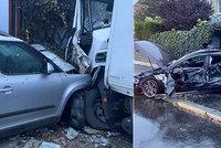 Šílená nehoda v Praze 12: Kamion prorazil betonový plot a napálil do domu, smetl i několik aut!