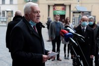 Klaus má zaplatit pokutu 10 tisíc. Exprezident se sankci hygieny za projev bez roušky brání