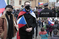 V Praze se znovu demonstrovalo proti vládním nařízením. S vlajkami a bez roušek