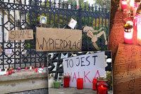 »Toto je válka,« vzkazují lidé u polské ambasády tamní vládě. Protestují proti zákazu potratů
