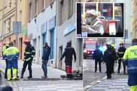 Únik plynu v Nuslích! Dělníci při rekonstrukci bytu navrtali potrubí, hasiči evakuovali 16 lidí