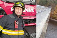 Žena chtěla skočit z mostu do vody: Život jí zachránil hasič Miroslav