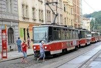 Počet cestujících pražské MHD klesl meziročně o 40 procent. Nejméně lidí jezdilo metrem