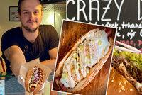 """Brazilec Bruno (37) servíruje Pražanům originální hot dogy. """"Ty tradiční brazilské by nejedli,"""" tvrdí. Proč?"""