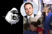"Muskova vesmírná ""taxislužba"": Loď Crew Dragon dorazila ke stanici ISS, astronauti jásali"
