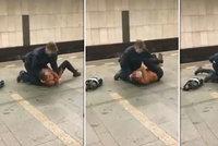 """""""Pusťte mě!"""" Revizor v metru klečel na ležící ženě, neměla jízdenku. Byla konfliktní, brání se DPP"""