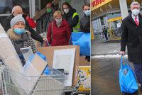 Havlíček si z Ikey odvezl plnou tašku hraček, davy lidí šly hlavně pro stromek