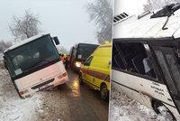 Nehoda autobusu na Jihlavsku: Skončil na boku, 25 zraněných dětí