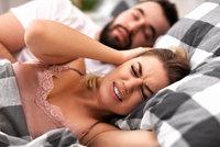 Chrápání je zabiják domácí pohody: 7 rad, jak mu zabránit! Děláte to taky tak?