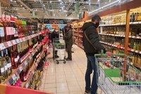 Dvojice nakažená koronavirem si v Mostu zašla na nákup: Teď jim hrozí vězení