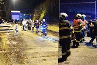 V Hluboké nad Vltavou vykolejil vlak: Cestujícím pomáhali hasiči, výluka a náhrada autobusy