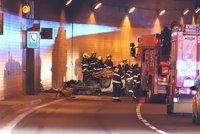 Šílená nehoda policie v tunelu Blanka! Auto skončilo na střeše a začalo hořet, tři zranění policisté