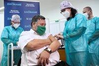 U sousedů spustili očkování. První vakcínu dostal známý lékař, přidá se i Čaputová