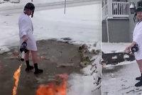 Muž v županu a beranici odklízel sníh plamenometem: Doma to raději nezkoušejte
