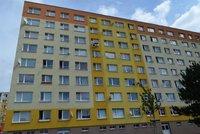 Stavební dělníci v České Lípě zachránili dítě před pádem z okna: Bylo doma samotné, matka musela k lékaři