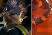 Na Olomoucku vypukl požár rodinného domu: Zapálila střechu zbloudilá rachejtle?