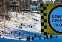 Další kolaps na horách: Turisté zablokovali cesty do Krušných hor. Parkujívšude možně